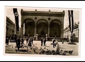 Ansichtskarte 1944: München Feldherrnhalle, Fahnen, Taubenfütterung, Propaganda