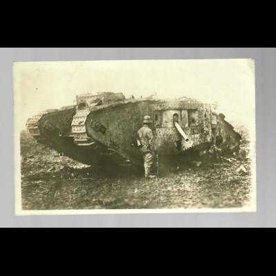 Foto Ansichtskarte bei Cambrai/Frankreich, 1918 mit englischem Panzer nach Selb